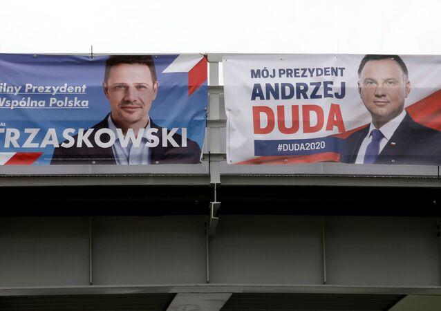Carteles electorales de Andrzej Duda y Rafal Trzaskowski en Polonia
