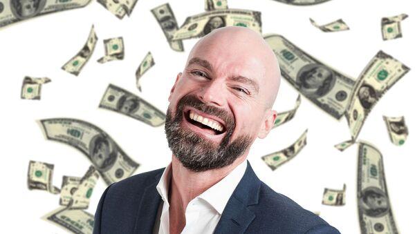 Un hombre rodeado de billetes de dólares - Sputnik Mundo