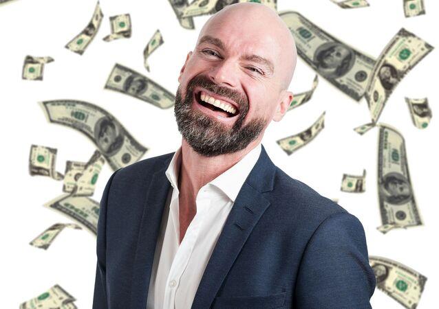 Un hombre rodeado de billetes de dólares