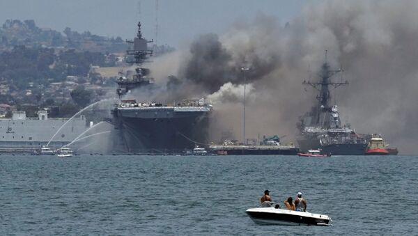 Incendio en el buque de asalto estadounidense USS Bonhomme Richard en la Base Naval de San Diego (California), el 12 de julio de 2020 - Sputnik Mundo