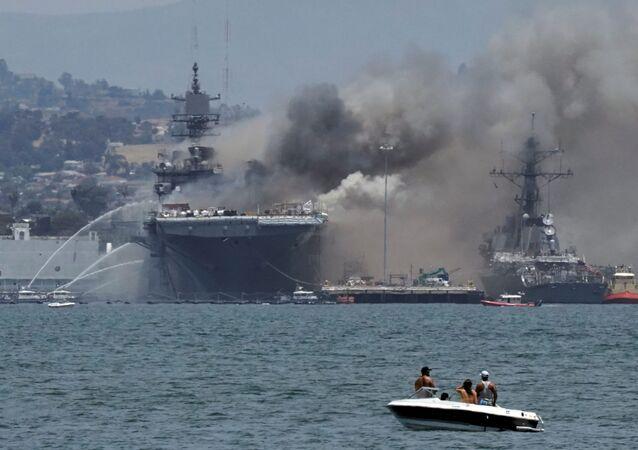 Incendio en el buque de asalto estadounidense USS Bonhomme Richard en la Base Naval de San Diego (California), el 12 de julio de 2020