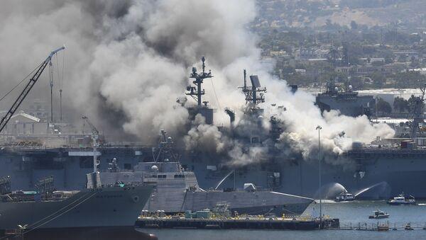 Así los bomberos de San Diego sofocaron el incendio a bordo del USS Bonhomme Richard   - Sputnik Mundo