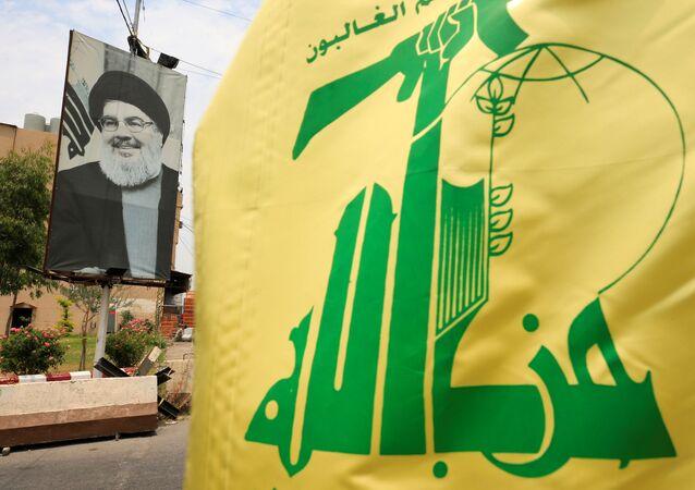 La bandera de Hizbulá  y el retrato de su líder, Hasán Nasralá
