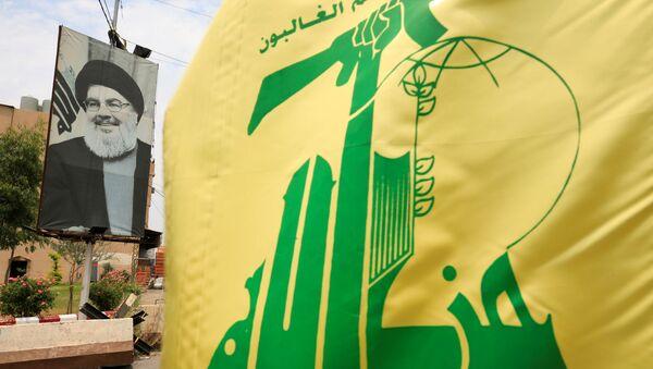 La bandera de Hizbulá  y el retrato de su líder, Hasán Nasralá - Sputnik Mundo