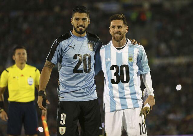 Los futbolistas Luis Suárez, de Uruguay, y Lionel Messi, de Argentina, promocionando la candidatura para el Mundial de 2030