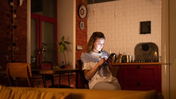 Una joven con un 'smartphone' - Sputnik Mundo
