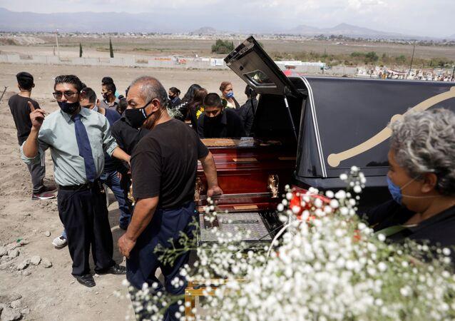 Funeral de uno de los fallecidos por COVID-19 en México