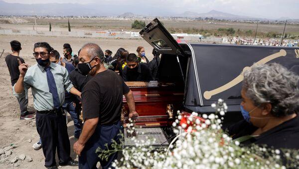 Funeral de uno de los fallecidos por COVID-19 en México - Sputnik Mundo