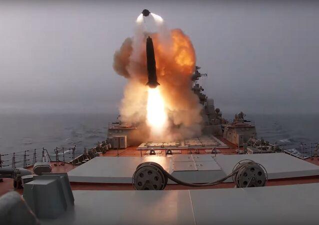 La tripulación del crucero portamisiles pesado Piotr Veliki realiza lanzamientos de entrenamiento