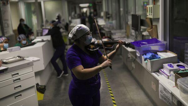 Una enfermera toca el violín en un hospital de Santiago - Sputnik Mundo