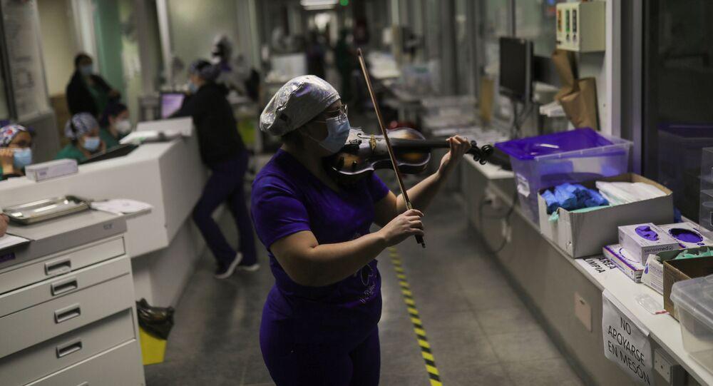 Una enfermera toca el violín en un hospital de Santiago