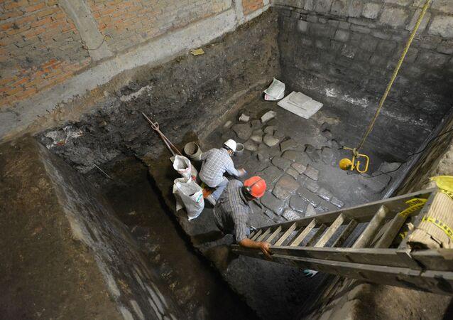 Los arqueólogos mexicanos trabajan en la zona del palacio prehispánico donde mataron a Moctezuma