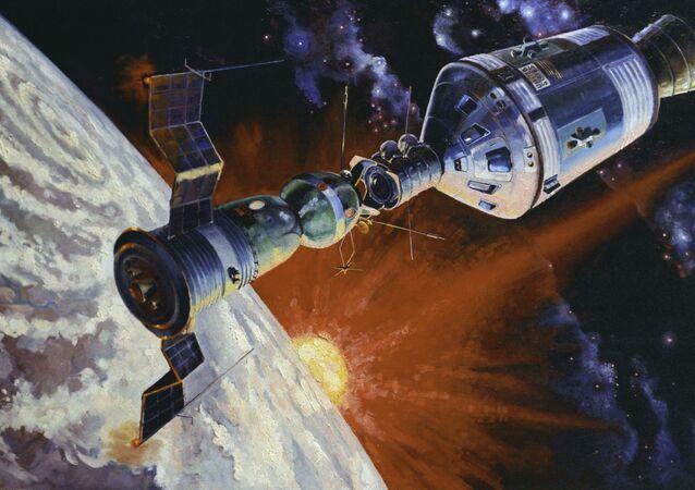 Una pintura del acoplamiento de Soyuz-Apolo, obra del cosmonauta Alexéi Leónov