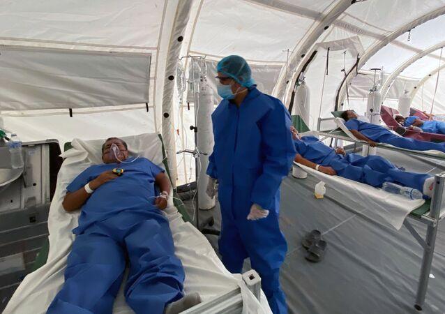 Un doctor con un paciente en Guayaquil, Ecuador