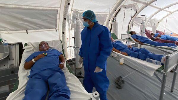 Un doctor con un paciente en Guayaquil, Ecuador - Sputnik Mundo