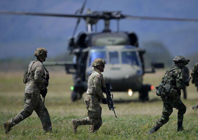 Militares estadounidenses junto a militares colombianos en Tolemaida, Colombia