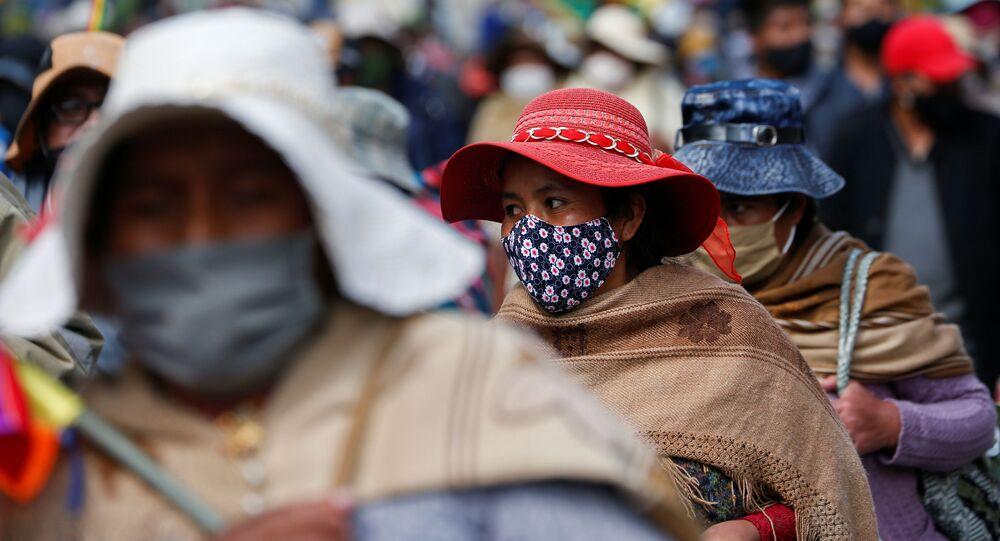 Bolivianos llevan mascarillas en los tiempos de la pandemia