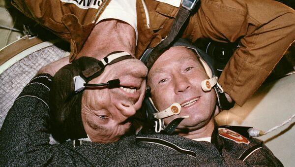 Soyuz-Apolo: 45 años de un apretón de manos espacial entre la URSS y EEUU   - Sputnik Mundo