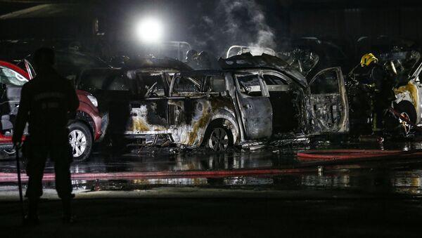Coches quemados tras la protesta en Santiago, Chile - Sputnik Mundo