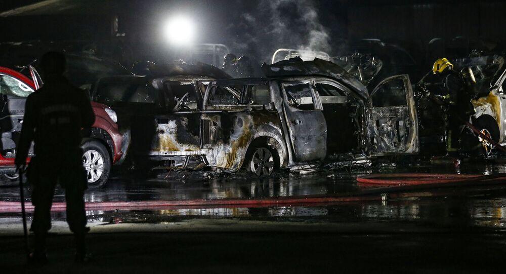 Coches quemados tras la protesta en Santiago, Chile