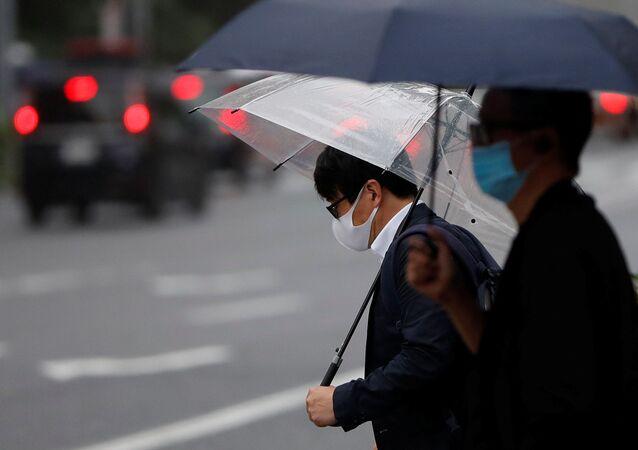 Dos hombres con mascarillas durante una nueva propagación del coronavirus en Tokio, Japón