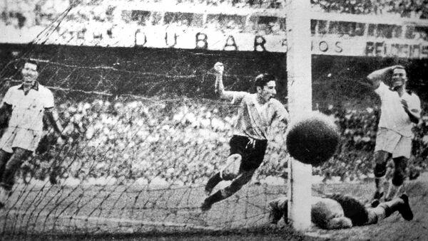 Ghiggia anota un gol para Uruguay en la final del Mundial de 1950 contra Brasil - Sputnik Mundo