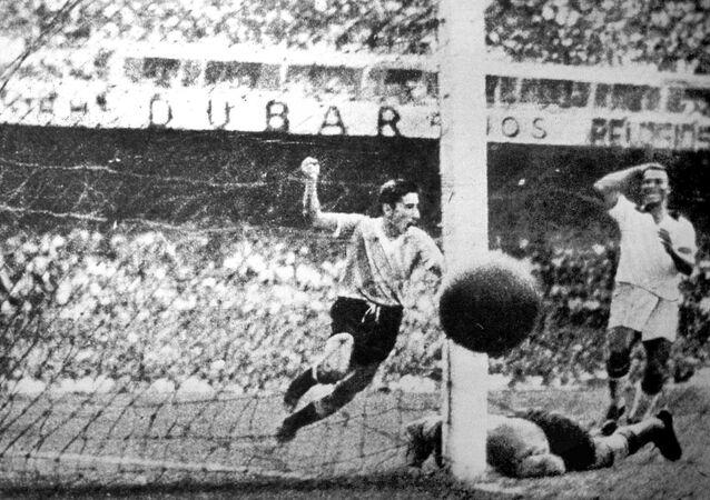 Ghiggia anota un gol para Uruguay en la final del Mundial de 1950 contra Brasil