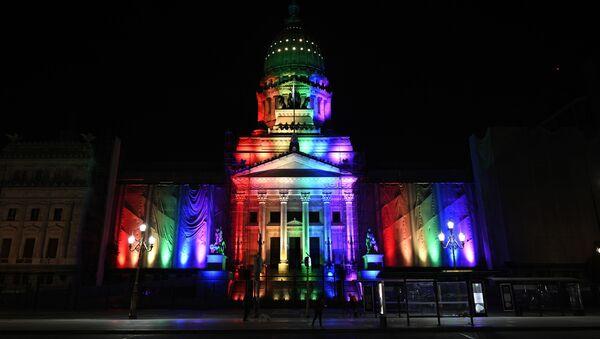 El Congreso de Argentina iluminado con los colores de la bandera LGBT - Sputnik Mundo
