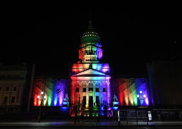 El Congreso de Argentina iluminado con los colores de la bandera LGBT