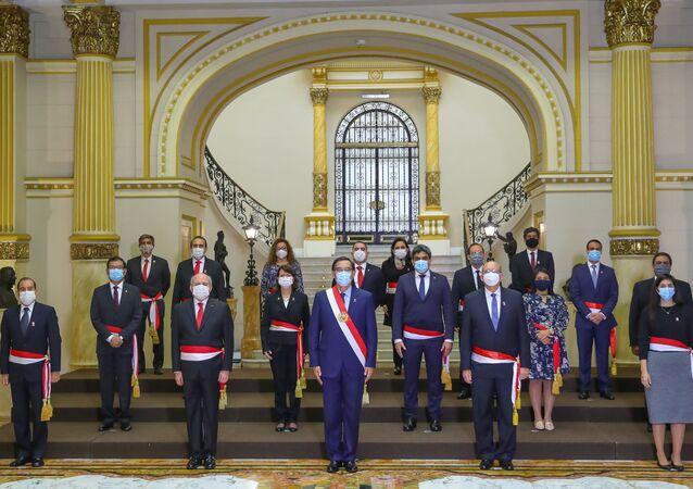 Martín Vizcarra, el presidente de Perú, junto a sus ministros