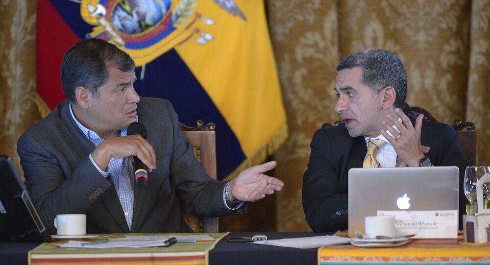 El expresidente de Ecuador, Rafael Correa, junto a su secretario nacional de Comunicación, Fernando Alvarado