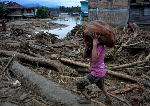 Consecuencias de inundaciones en la isla indonesia de Célebes