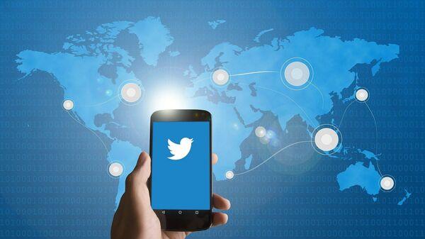 Un smartphone con el logo de Twitter (imagen referencial) - Sputnik Mundo