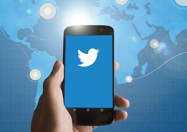Un smartphone con el logo de Twitter (imagen referencial)
