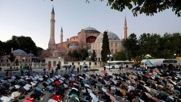 Los musulmanes rezan cerca de Santa Sofía - Sputnik Mundo