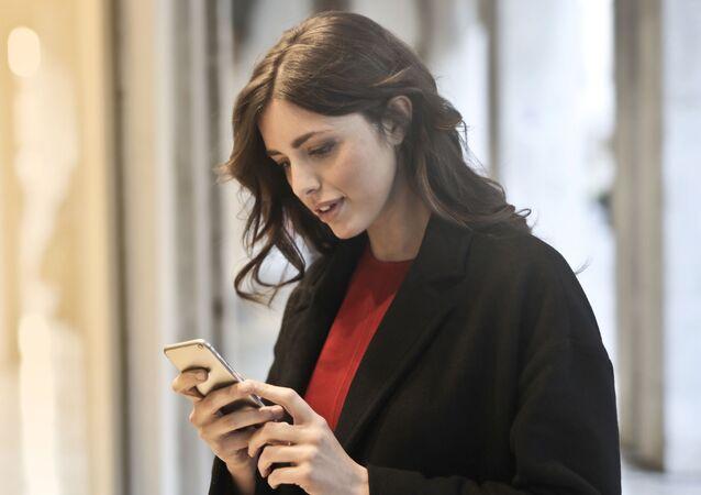 Una joven con un 'smartphone'
