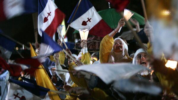 Una procesión de velas para la Virgen María en el santuario de Lourdes (archivo) - Sputnik Mundo