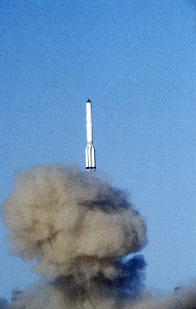 Старт ракеты-носителя Протон, которая выводит на околоземную орбиту космическую станцию Мир, 1986 год