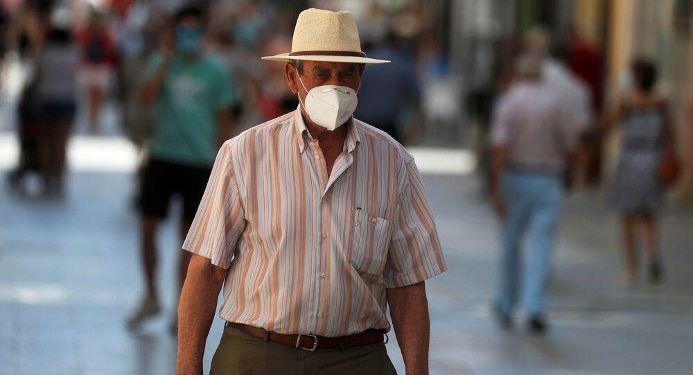 Un hombre en mascarilla en España