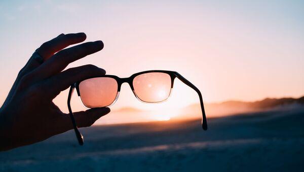 Unas gafas (imagen referencial) - Sputnik Mundo