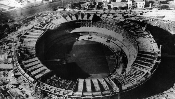 El Estadio de fútbol Marcaná en Rio de Janeiro durante su construcción - Sputnik Mundo