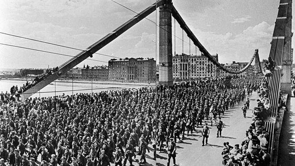 Una columna de prisioneros de guerra alemanes pasa por un puente moscovita - Sputnik Mundo