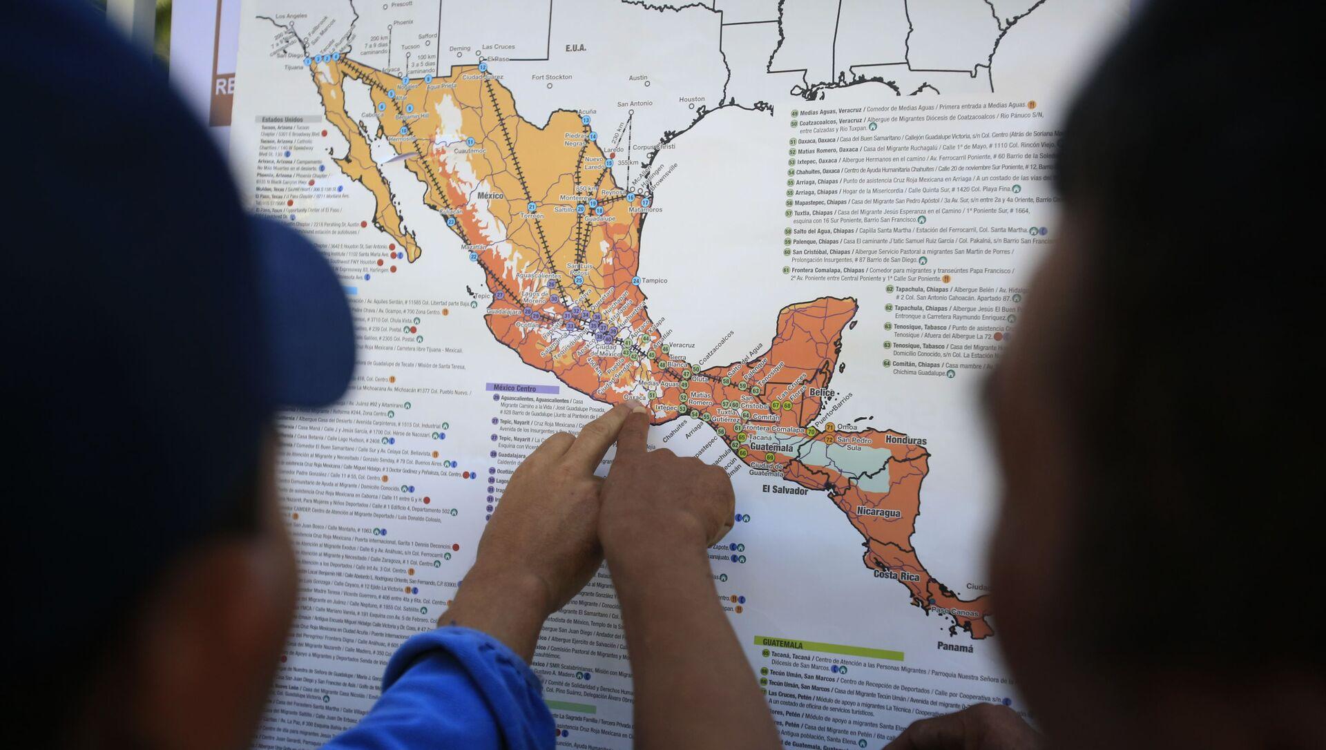 Migrantes centroamericanos planean su recorrido con un mapa en Ciudad de México - Sputnik Mundo, 1920, 23.12.2020