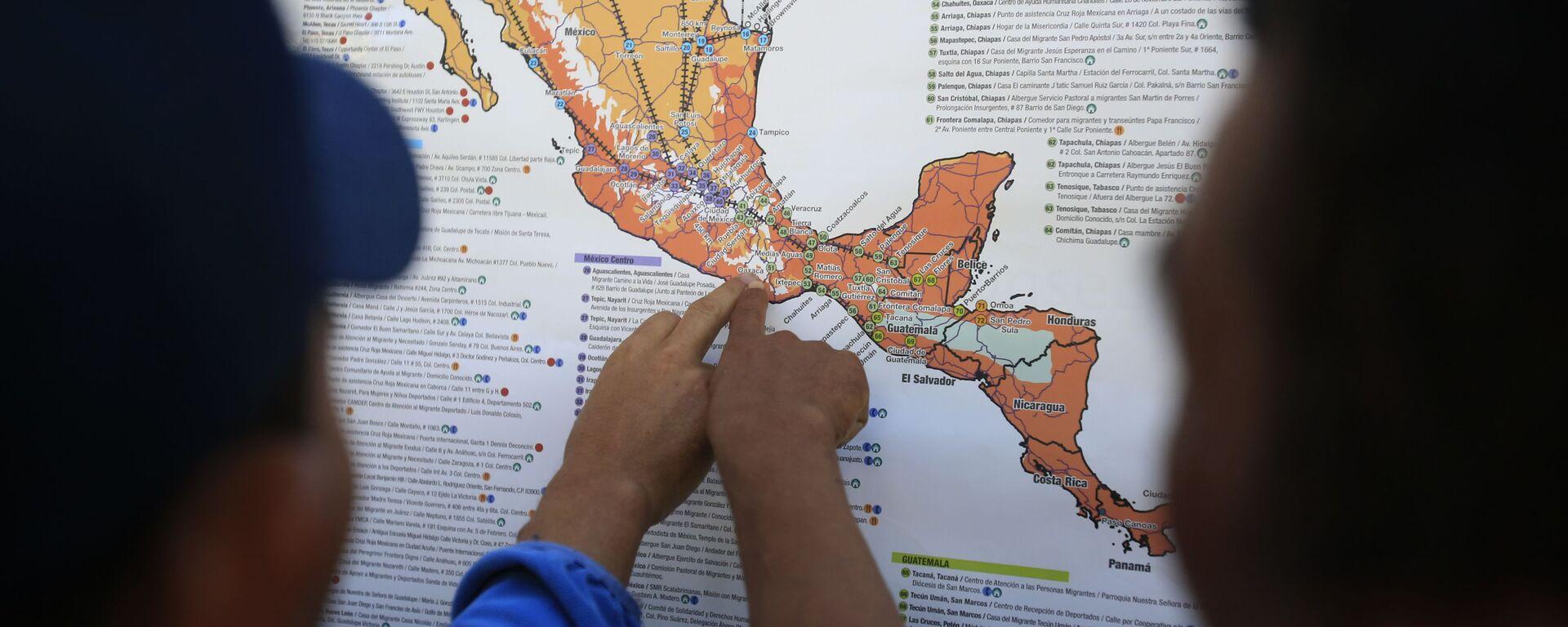 Migrantes centroamericanos planean su recorrido con un mapa en Ciudad de México - Sputnik Mundo, 1920, 16.07.2020