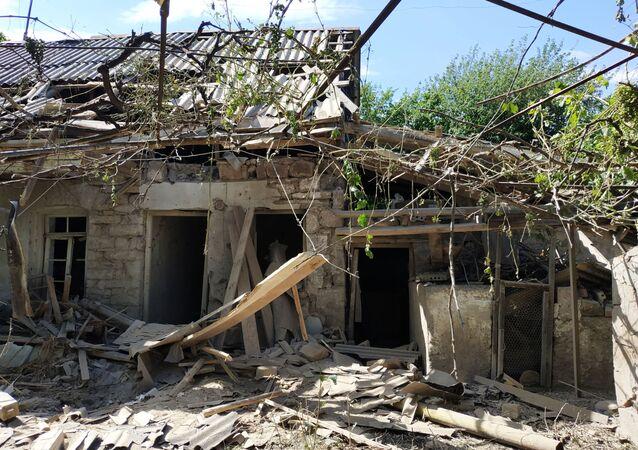 Una vivenda dañada durante los enfrentamientos armados entre Armenia y Azerbaiyán