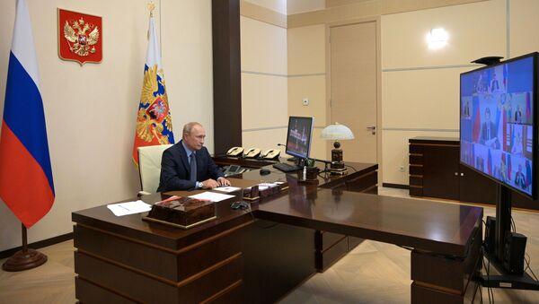 El presidente ruso, Vladímir Putin, en una teleconferencia con miembros del Consejo de Seguridad - Sputnik Mundo