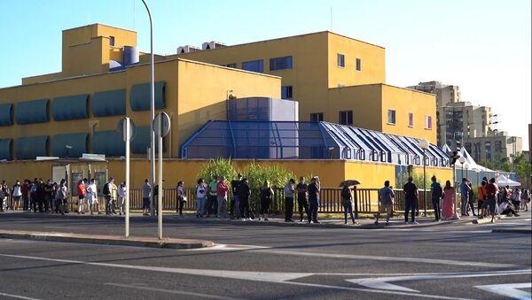 Largas colas de extranjeros en las comisarías de Madrid para regularizar documentos  - Sputnik Mundo