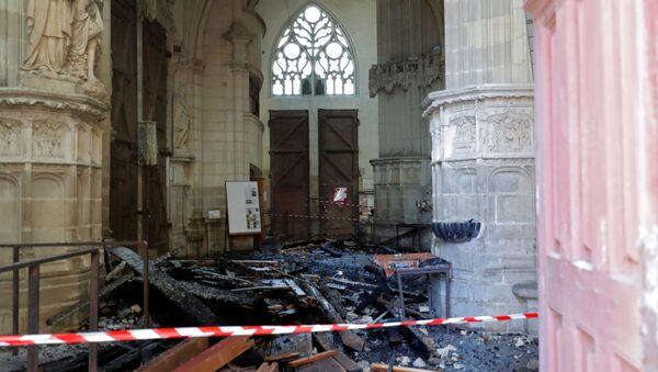 Las consecuencias del incendio en la catedral de Nantes, Francia - Sputnik Mundo