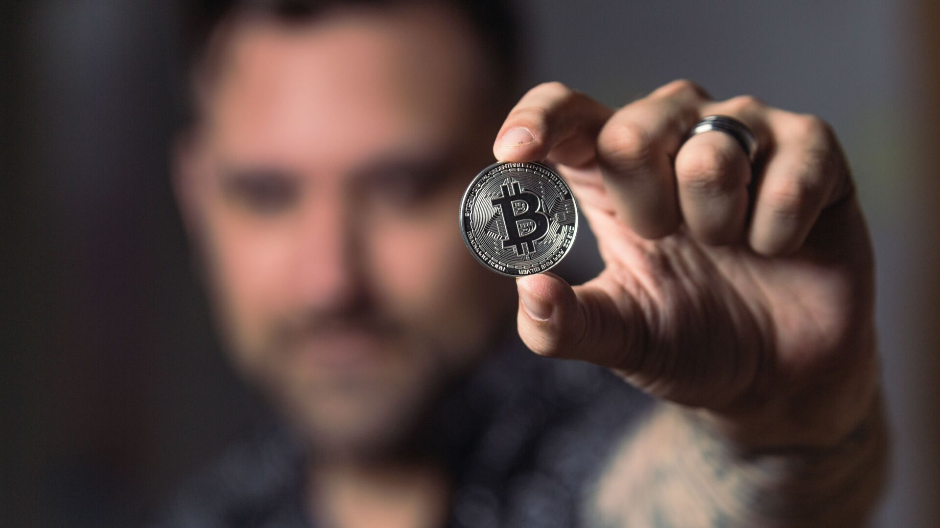 Una persona con una moneda de bitcóin - Sputnik Mundo, 1920, 17.07.2021