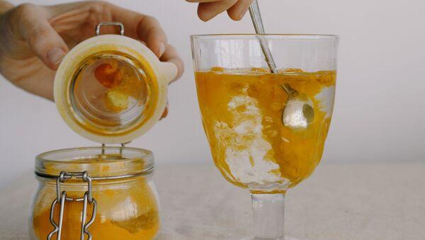 Una bebida con cúrcuma - Sputnik Mundo